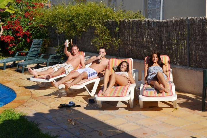 Gute Stimmung bei den Gästen am Pool