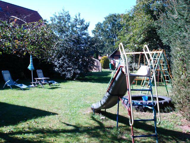 Eigener Spielplatz mit Sonnenliegewiese