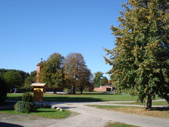 Großer Dorfplatz direkt am Ferienhof zum Bolzen oder Hunde austoben!!