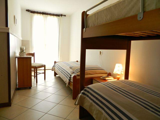 Schlafzimmer mit Etagen- und Einzelbett