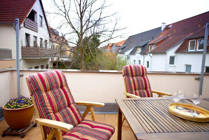 Entspannen Sie auf dem möblierten Balkon
