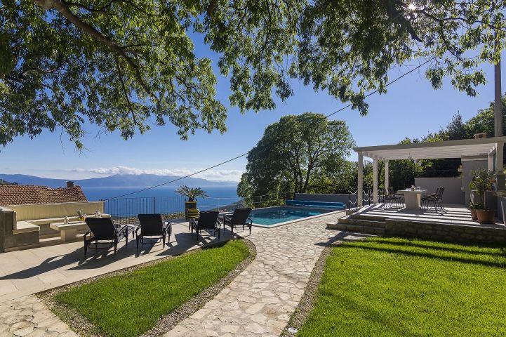 sch nes ferienhaus mit pool und meerblick in ruhige lage. Black Bedroom Furniture Sets. Home Design Ideas