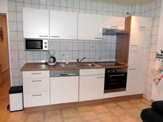 Küchenzeile mit Spülmaschine Herd Mikrowelle Backofen Kühlschrank