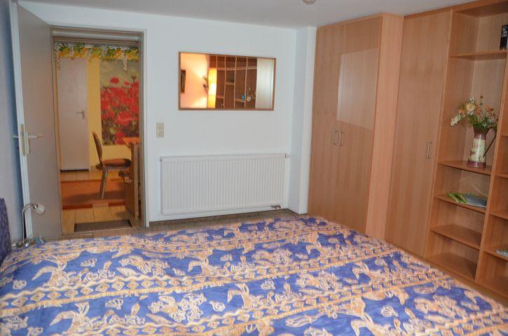 Gemütliches Schlafzimmer im UG, davor Freizeitraum