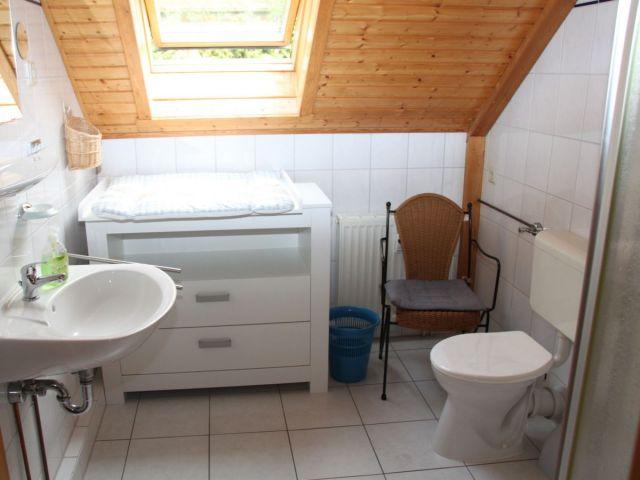 Bad mit Dusche/WC u. Wickelkommode