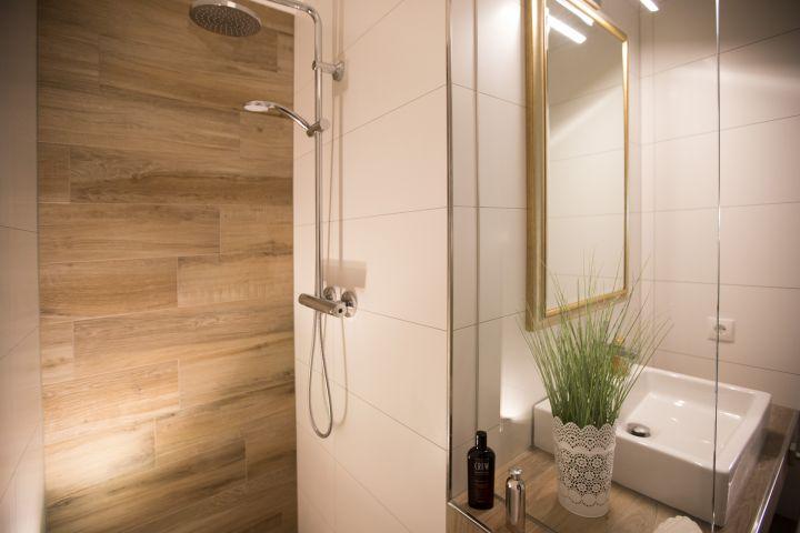 Die begehbare Dusche mit Regendusche sorgt für ein tolles rundum Wohlfühlgefühl