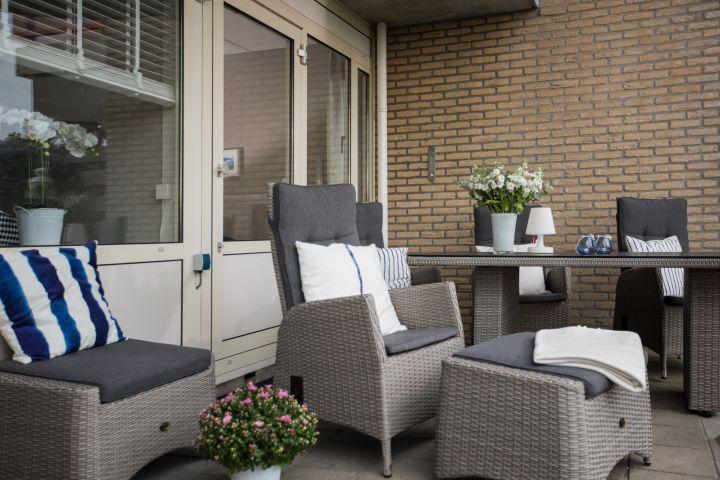 Die großzügige, teils überdachte Terrasse ist mit ganz gemütlichen Möbeln ausgestattet