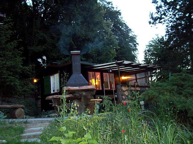 Abendstimmung an der  Waldhütte mit Grillkamin