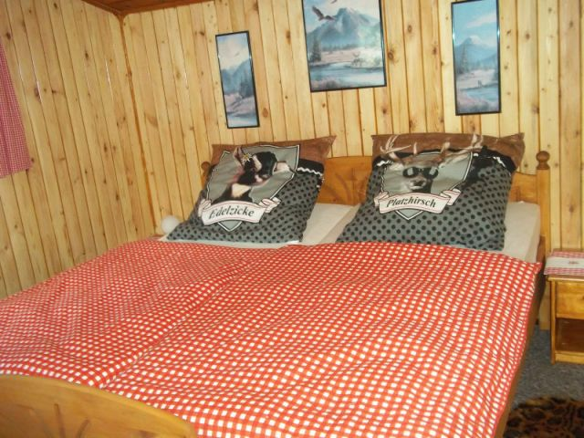 Luchshütte mit großem Landhausbett