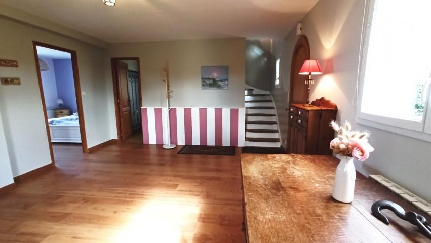 Der Eingangsbereich mit Schlafzimmer links, Bad geradeaus und rechts Treppe zum OG