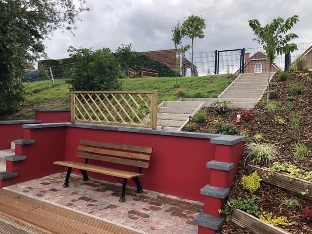 vom Garten die Treppe runter zum Sitzplatz am Steg