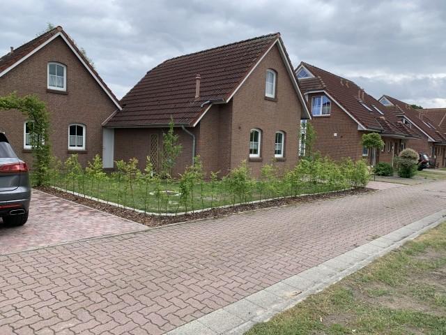 Front: im Hintergrund Haus Rabe. Rechts vogezogen das Deichhaus