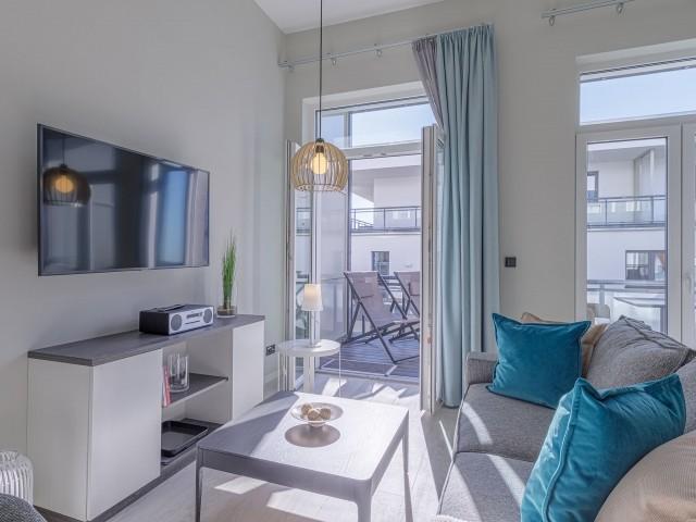 Helles Wohnzimmer mit Balkonzugang