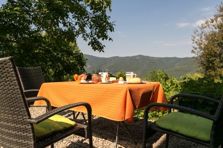 Frühstück mit Blick auf die Hügel der Alta Langa