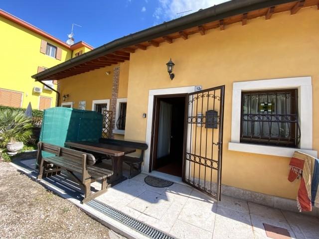 Der Eingang mit der privaten Terrasse