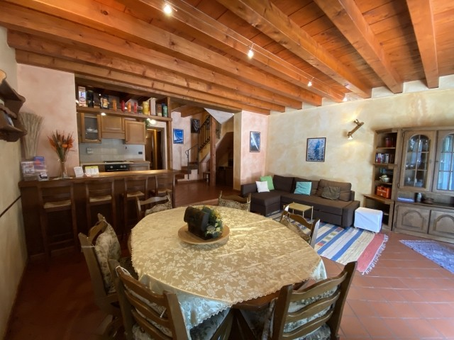 Der Breite Wohnraum mit Esstisch, Bartheke und Schlafsofa