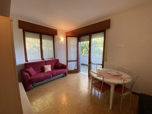 Der Wohnraum mit Esstisch und Schlafsofa