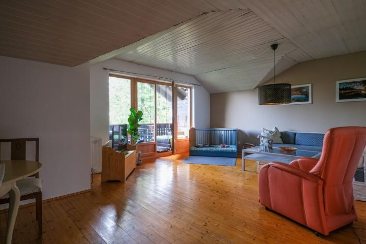 Wohnzimmer mit Hundebett und Zugang Loggia