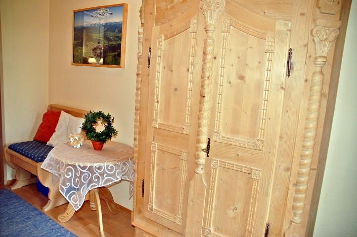 Flur/Diele mit kleiner Sitzgelegenheit, Bauernschrank, Garderobe und Schuhablage