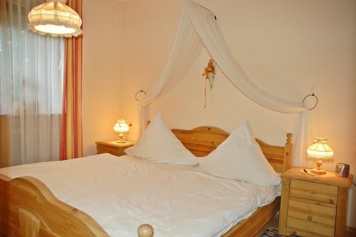 Romantisches Schlafzimmer mit Doppelbett mit Betthimmel, Kabel-LED-TV, DVD-Player, großem Kleiderschrank und Safe