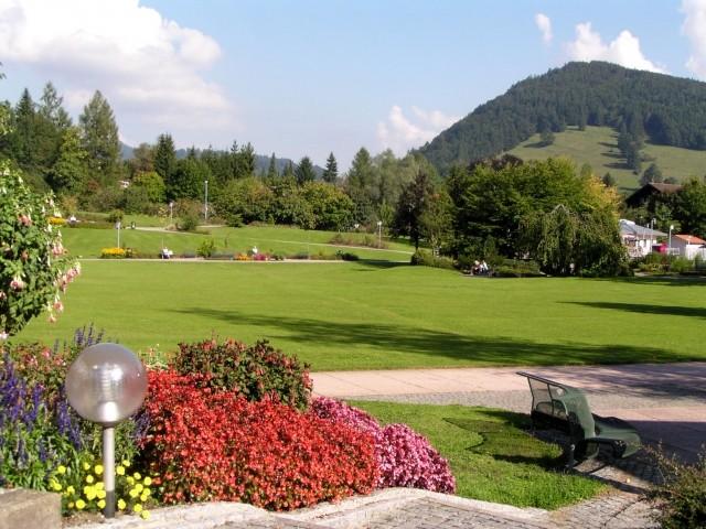 Ein kleiner Teil des nett angelegten Oberstaufner Kurparks (u. a. Wasserspiele, kostenfreie Mini-Golf-Anlage und großer Erlebnis-Spielplatz)