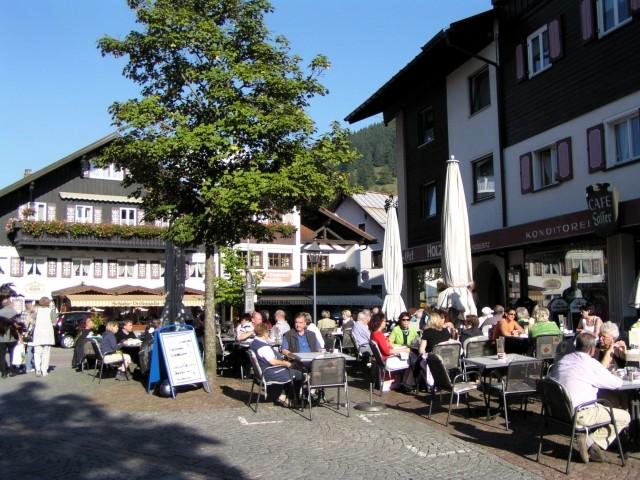 Es gibt in Oberstaufen mehrere Fußgängerzonen mit zahlreichen Einkaufsmöglichkeiten, urigen bis edlen Geschäften und Außengastronomie