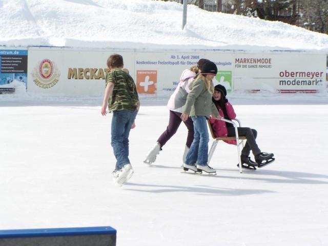 Der Oberstaufner Eislaufplatz im Winter (aufgrund von Oberstaufen-Plus ist die Nutzung des Eislaufplatzes für unsere Gäste ebenfalls gratis)