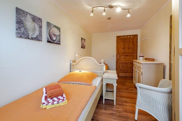 Schlafzimmer unten mit zwei Einzelbetten