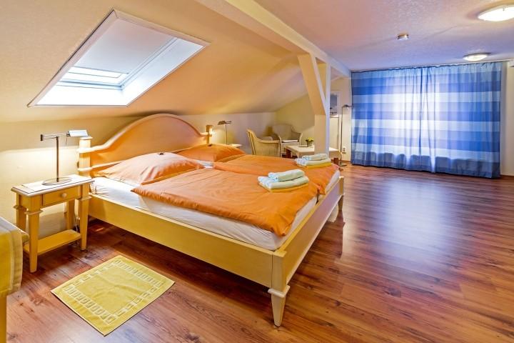 Schlafzimmer oben mit Doppelbett