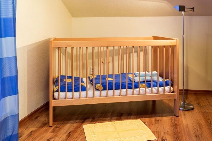 Kinderbett im Schlafzimmer oben