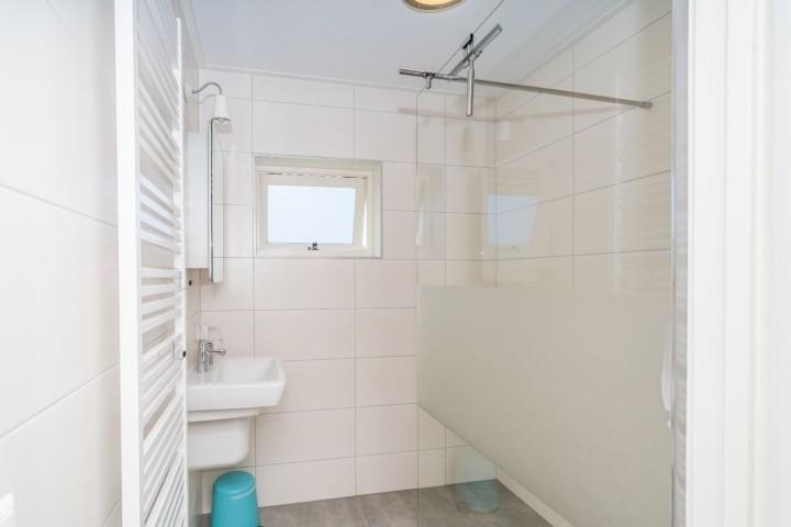 Das neue Badezimmer mit Bad, Dusche und Waschbecken