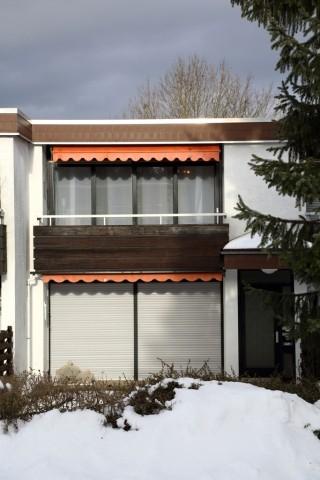Gebäudeansicht mit Balkon