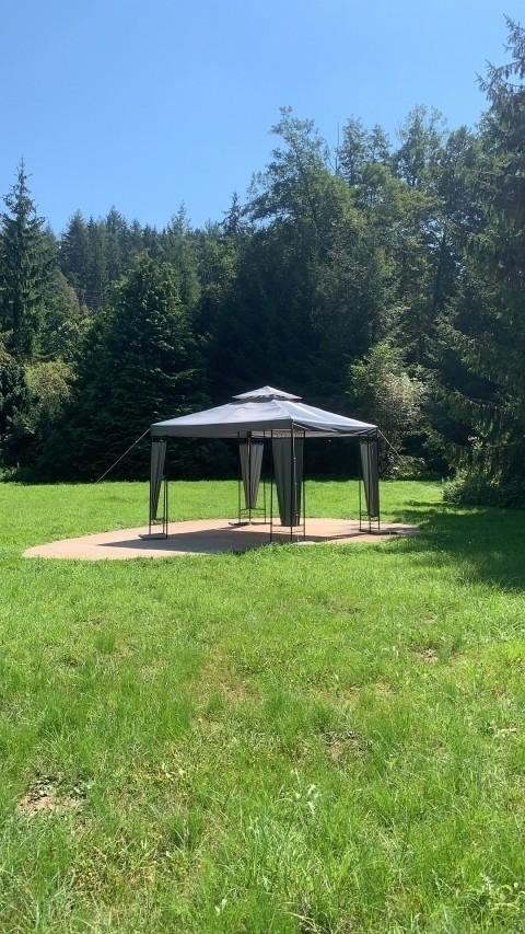 Pavillon mit Sonnenliegen