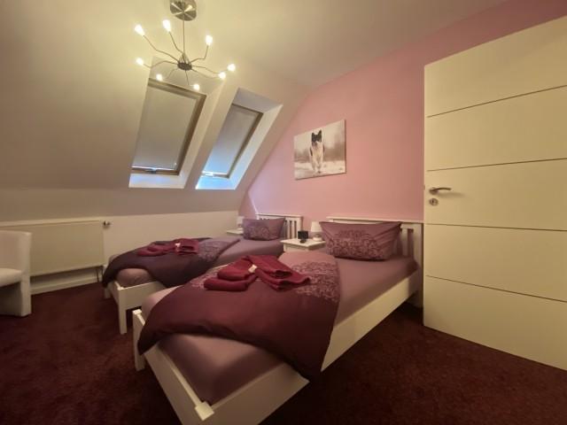 Schlafzimmer mit TV und Ventilator