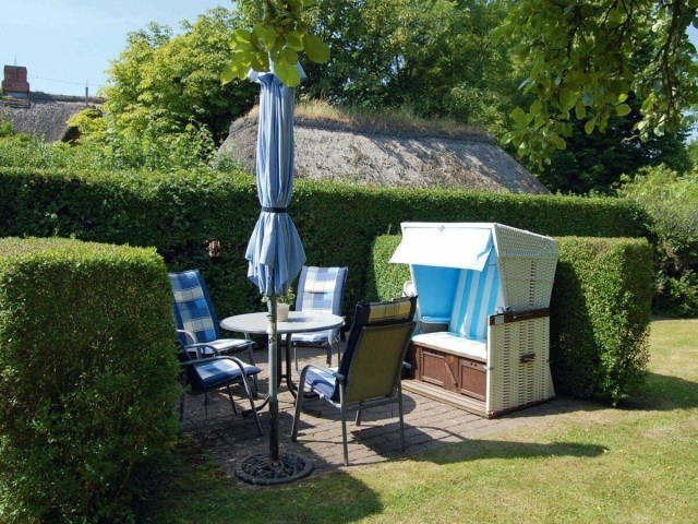 Im Garten gibt es einen tollen Platz um Sonne zu tanken und gutes Wetter zu genießen.