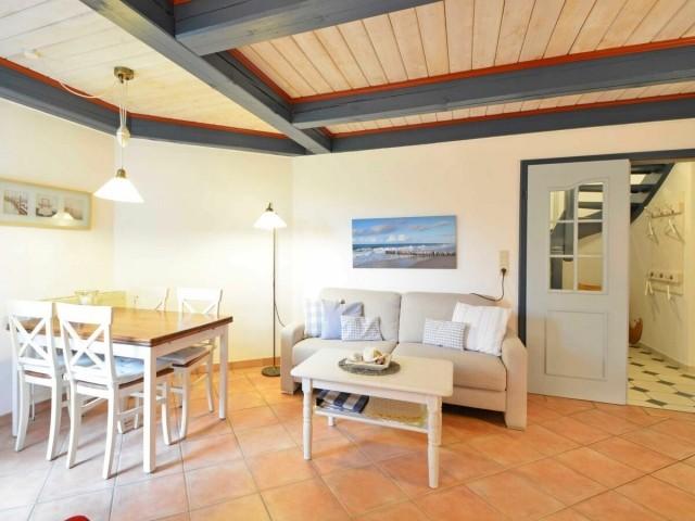 Im Landhausstil eingerichteten Wohn-Esszimmer ist ausreichen Platz für die ganze Familie.