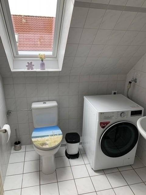 Badezimmer mit Waschmaschine inkl. Trockner