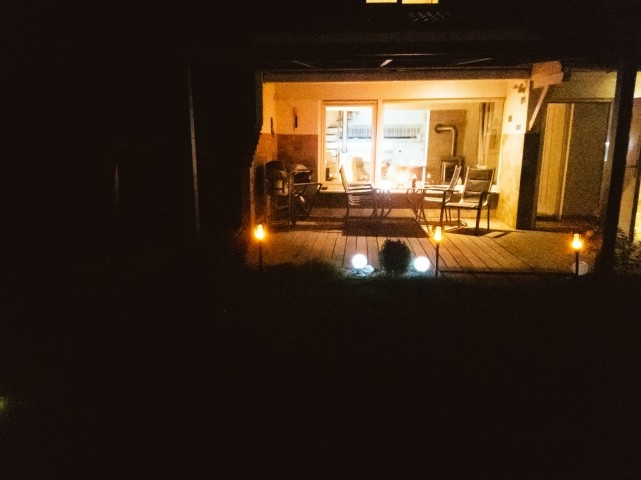 Blick auf die Terrasse in den Abendstunden