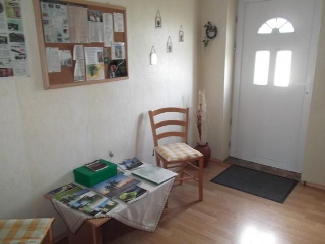Eingangsbereich mit Infotisch und Garderobe