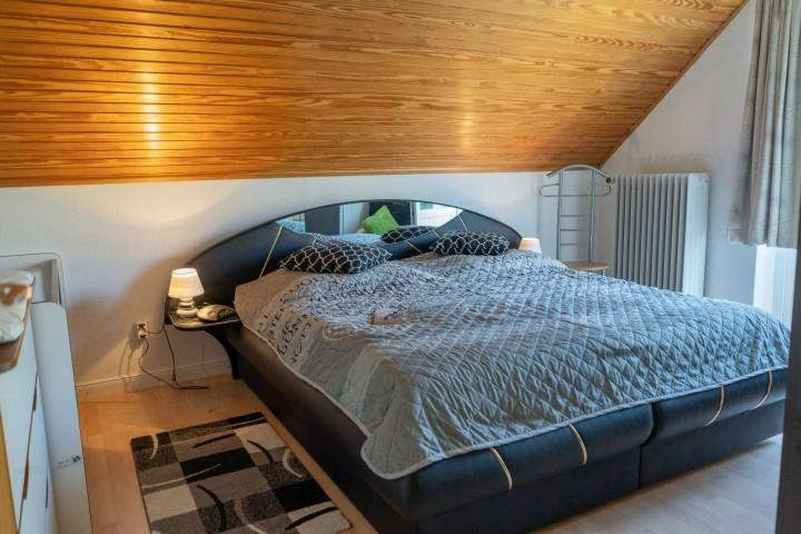 Schlafzimmer 1 mit gemütlichem Polsterbett