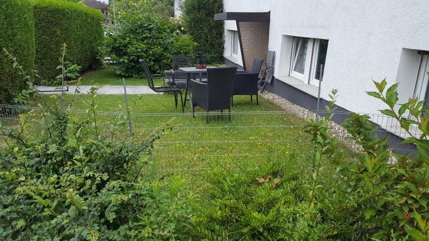Garten mit Tisch und Stühlen (80cm eingezäunt)