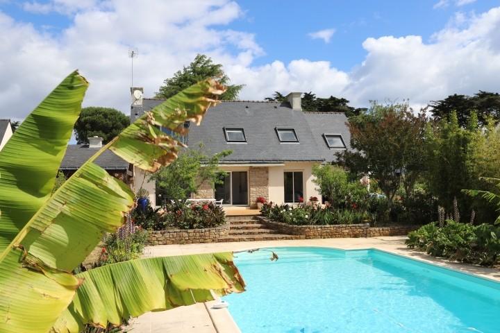 Der Garten mit tropischen Pflanzen und wunderschönem Pool