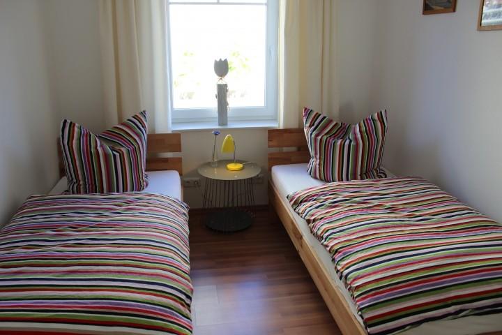 Schlafzimmer mit zwei Einzelbetten EG