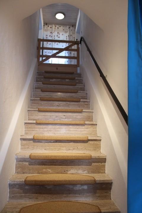 Treppenaufgang zur Wohnung mit zusätzlichem Tor