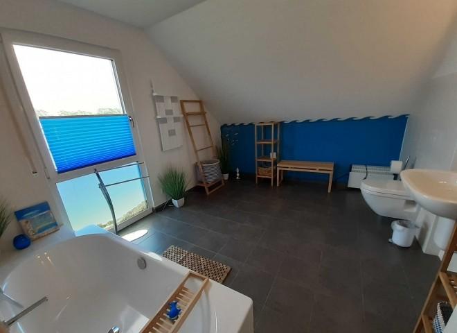 Geräumiges Bad OG mit Badewanne/WC