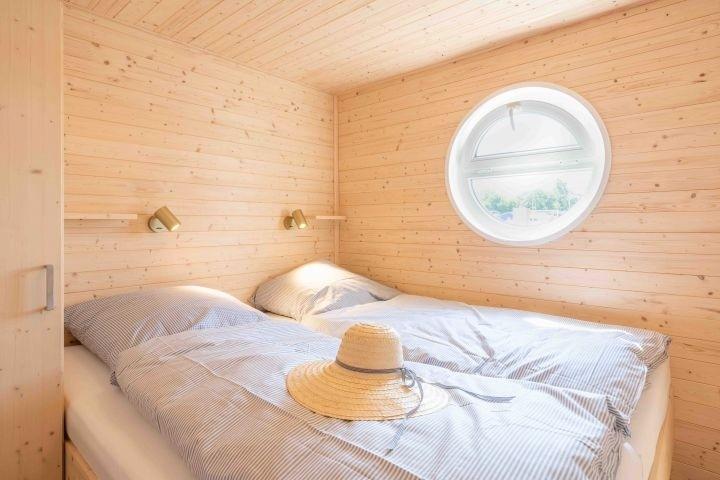 Kuscheliges Schlafzimmer mit Doppelbett (1,80 x 2,00 m)