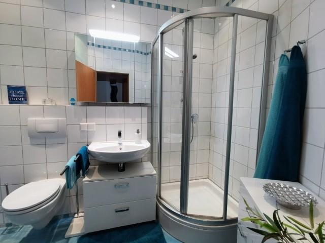 Badezimmer mit Dusche, Handtüchern...