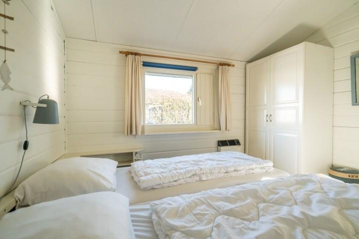 Schlafzimmer 2 mit 2 Einzelboxsprings und Schrank