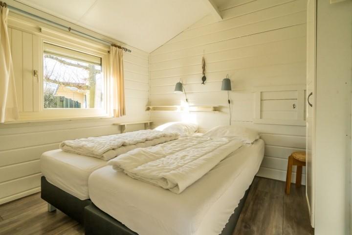 Schlafzimmer 1 mit 2 Einzelboxsprings und Schrank