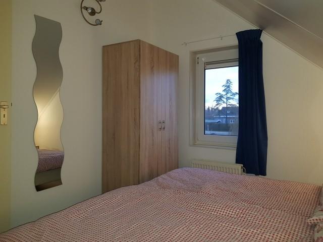 Gästezimmer OG mit Fenster Blick zum Wasser